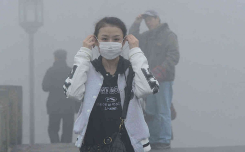 --FILE--A pedestrian wears a face mask as she walks on a road in heavy smog in Hangzhou city, east Chinas Zhejiang province, 31 January 2014. The Chinese government said on Wednesday (12 February 2014) said it will set up a 10 billion yuan ($1.65bn) fund to fight air pollution, offering rewards for companies that clean up their operations. Pollution is of increasing concern to Chinas stability-obsessed leaders, anxious to douse potential unrest as a more affluent urban population turns against a growth-at-all-costs economic model that has poisoned much of the countrys air, water and soil. Authorities have issued countless orders and policies to try and clean up the country and invested in various projects to fight pollution and empowered courts to mete out the death penalty in serious cases. Premier Li Keqiang, at a cabinet meeting, said the central government would set up the 10 billion yuan fund to use rewards to replace subsidies to fight air pollution in key areas, the government said in a statement.